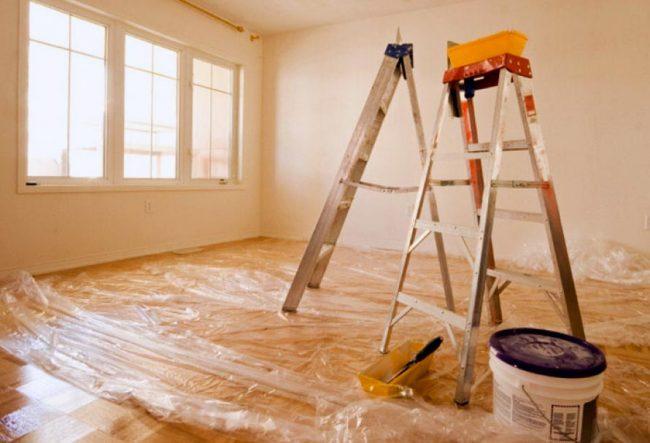 Также подготовьте пол, предварительно накрыв его строительной пленкой или же просто старыми ненужными газетами