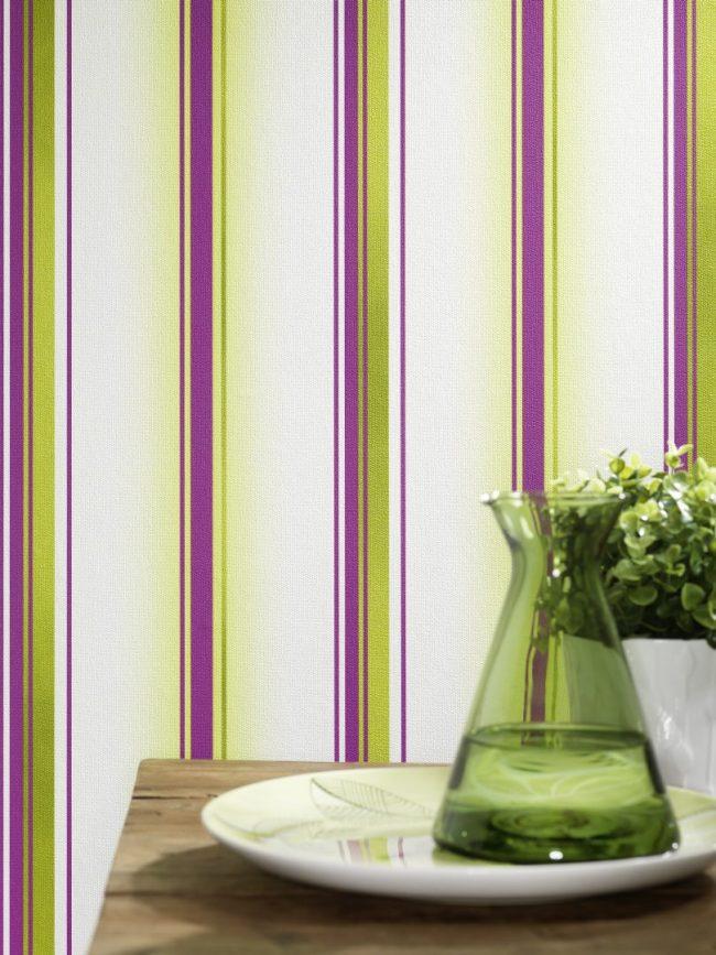 Красочные и в то же время достаточно светлые полосатые виниловые обои на флизелиновой основе