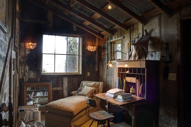 Необычайно уютная комната с атмосферным сочетанием натурального дерева с темными виниловыми обоями на флизелиновой основе