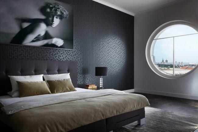 Черные фактурные виниловые обои на флизелиновой основе придают спальной комнате элегантности с нотками роскоши