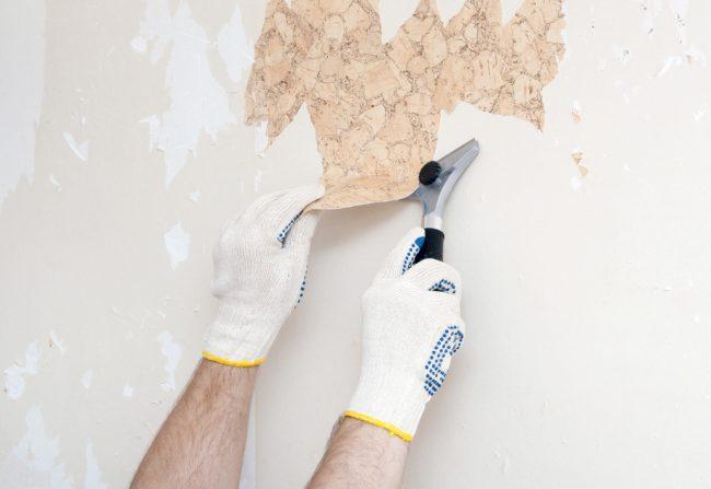 Вам нужно тщательно очистить стены от старых обоев. Для удобства вы можете смочить стены водой, облегчив процес снятия