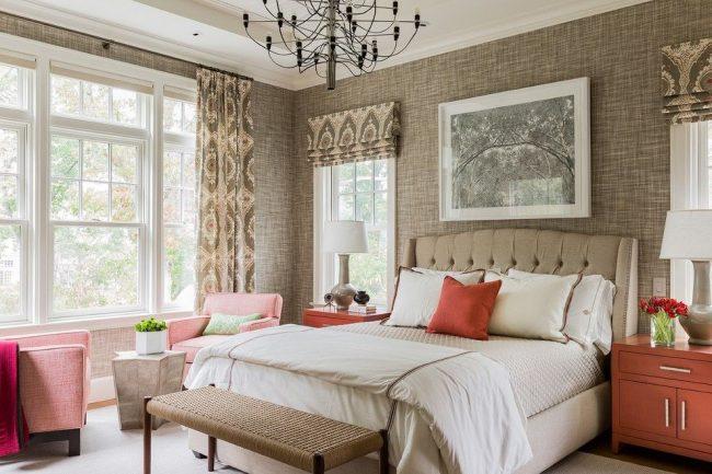 Два вида карниза в спальной комнате: открытый для обычных штор и скрытый для римских штор