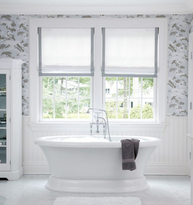 Карниз и римские шторы для современной ванной комнаты с окнами стандартного размера
