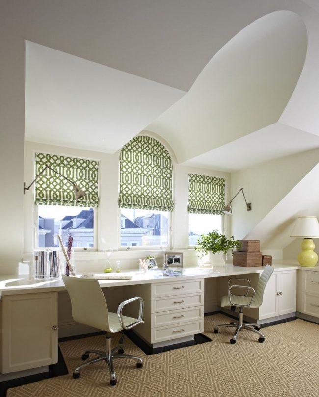Два окна стандартного прямоугольного размера и одно арочное в домашнем кабинете. Для арочного окна предусмотрен специальный повторяющий овальную форму карниз