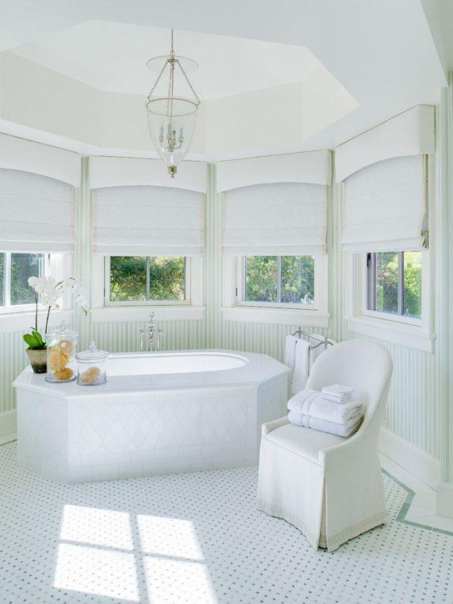 Тосканская ванная комната со спрятанной крепежной конструкцией. Белая плотная ткань над карнизом создает эффект балдахина