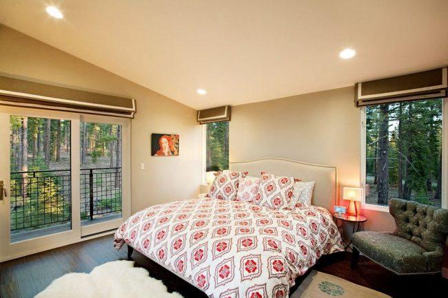 Классический тип держателя римских штор, крепящийся к стене. Это идеальный вариант для спальни, обеспечивающий блокировку проникновения света при опускании штор