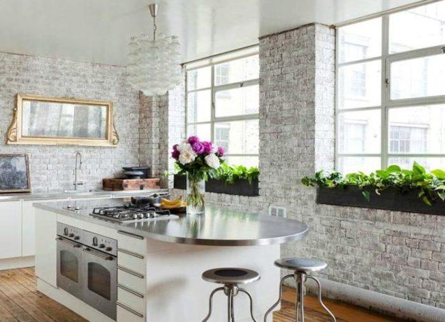 Светлая традиционная кухня с кирпичной отделкой стен