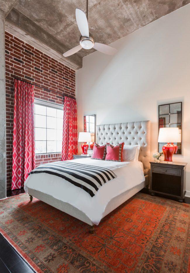 Декор спальни в стиле эклектика с кирпичной стеной