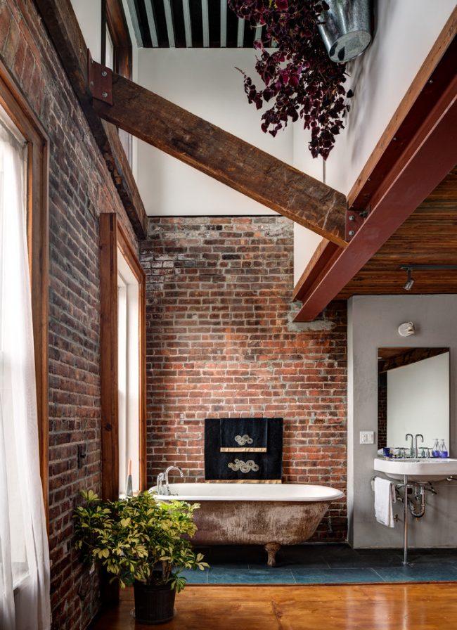 Ванная комната с отделкой стен искусственным кирпичом