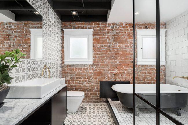 Сочетание кирпичной кладки с оригинальными предметами интерьера создает неповторимый дизайн помещения