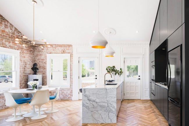 Имитация кирпичной стены: cовременный интерьер просторной кухни в стиле лофт
