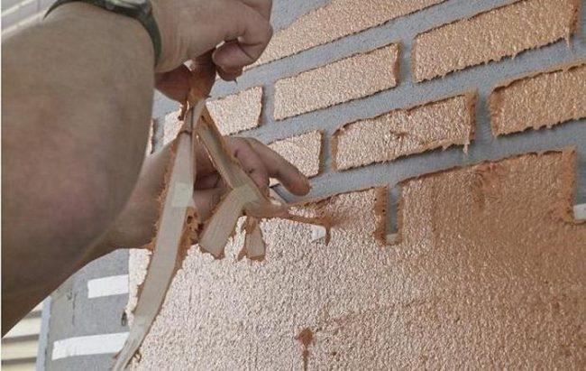 Малярный скотч в работе по имитации кирпичной кладки на стенах