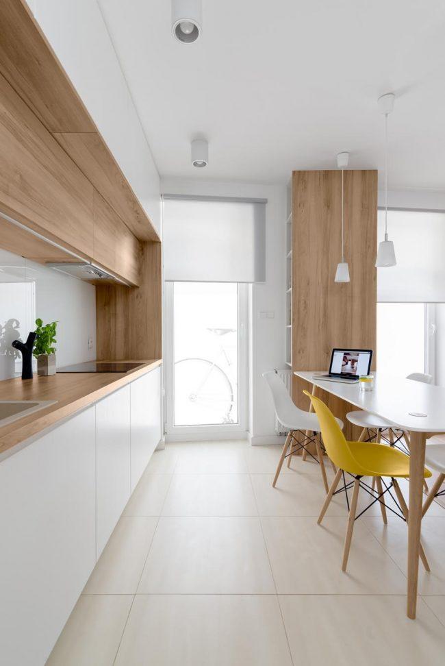 Светлая кухня с элементами дерева в стиле минимализм