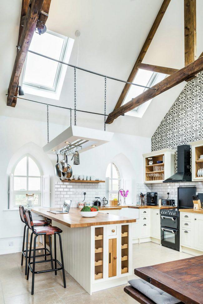 Легкие черно-белые обои на контрастной кухне