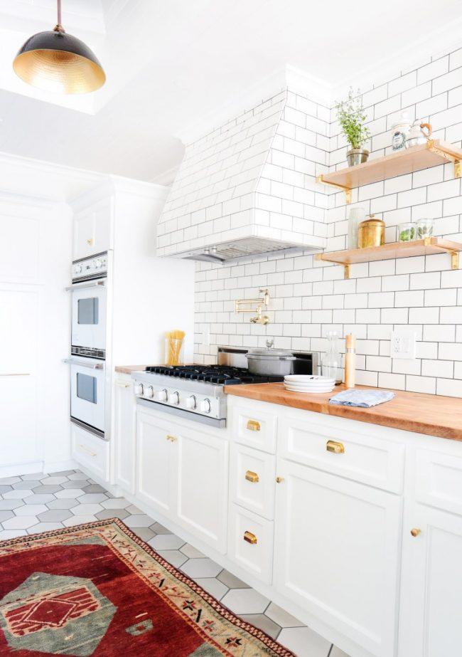 Классическая кухня с деревянными элементами гарнитура