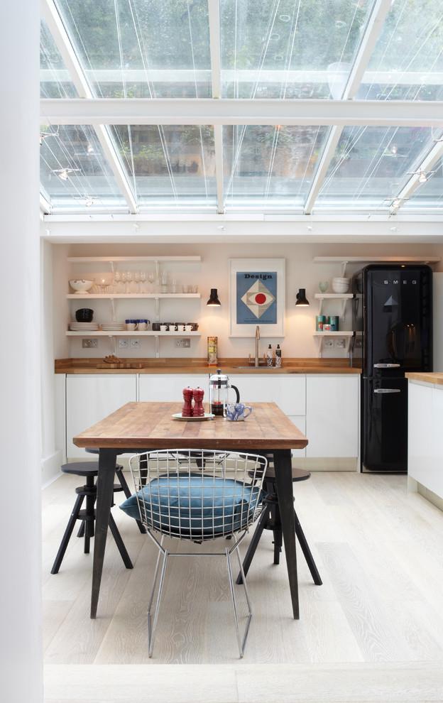 Черно - белая кухня отлично сочетается с деревом
