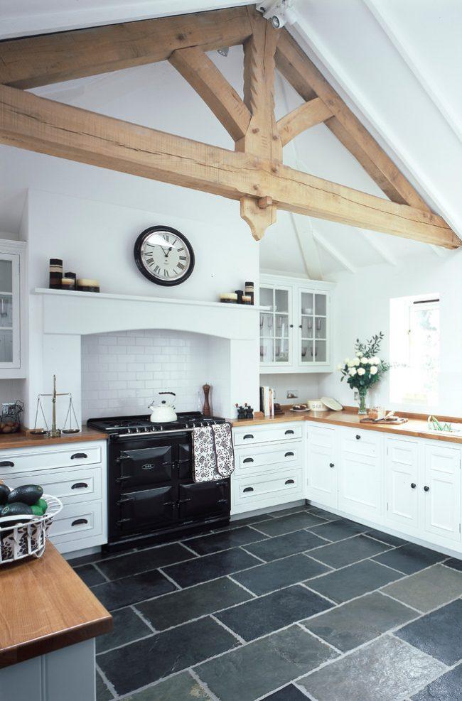 Крупная плитка графитовых оттенков в светлой кухне