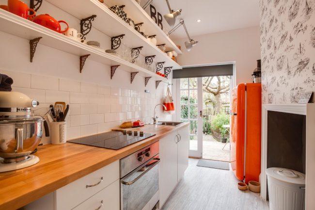 Яркие акцентные детали сделают интерьер белой кухни более интересным