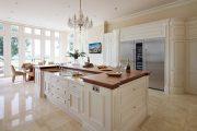 Фото 34 Белая кухня с деревянной столешницей: 70 лучших реализаций в стиле контемпорари, кантри и минимализм