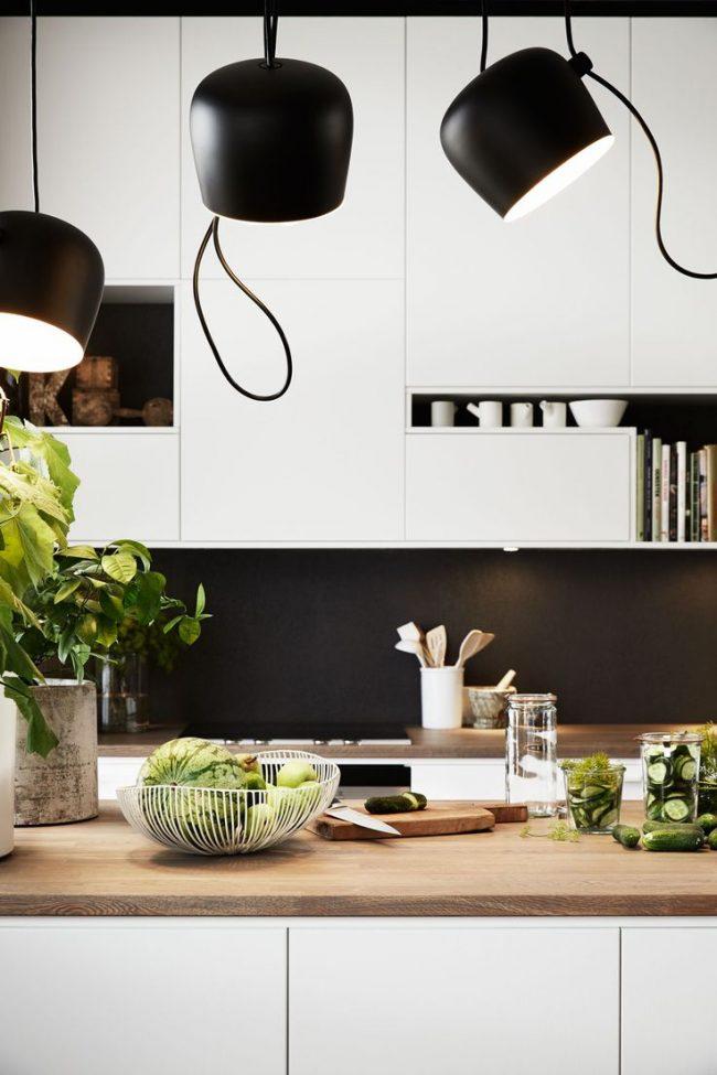 Контрастная черно-белая кухня в стиле модерн, в сочетании с деревянной столешницей