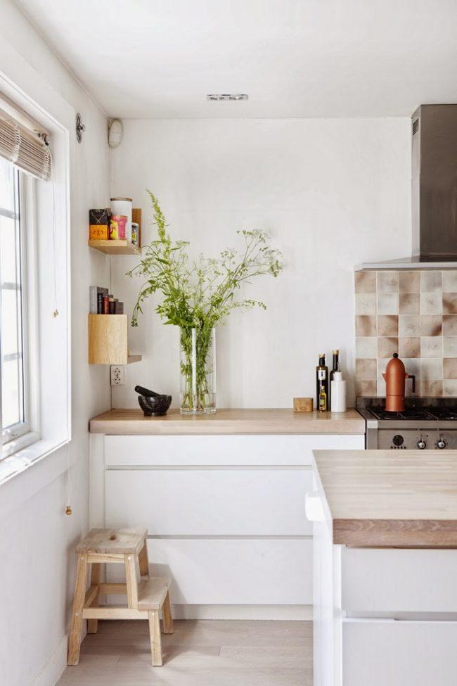 белая кухня с деревянной столешницей 70 фото уютных интерьеров