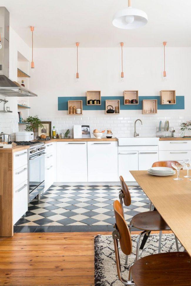 Шахматный пол в просторной кухне эко стиля