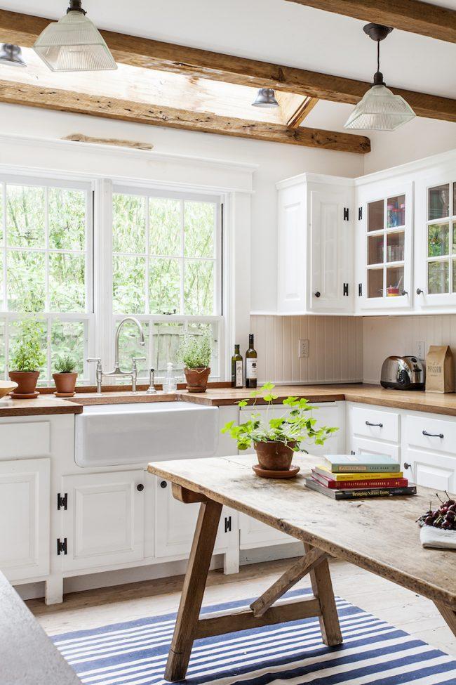 Белый окрас и большое окно визуально увеличат небольшое помещение