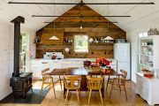 Фото 1 Кухня в деревянном доме: варианты зонирования и 85+ уютных дизайнерских решений