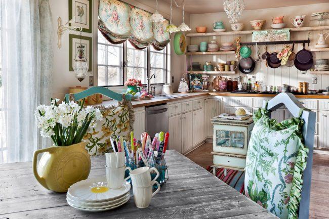 Сказочная и яркая деревенская кухня в стиле шебби шик