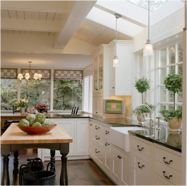 Традиционная кухня с отличным природным освещением