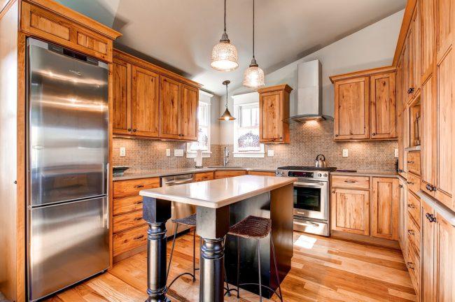 Деревянный гарнитур создает в кухне теплую и домашнюю атмосферу