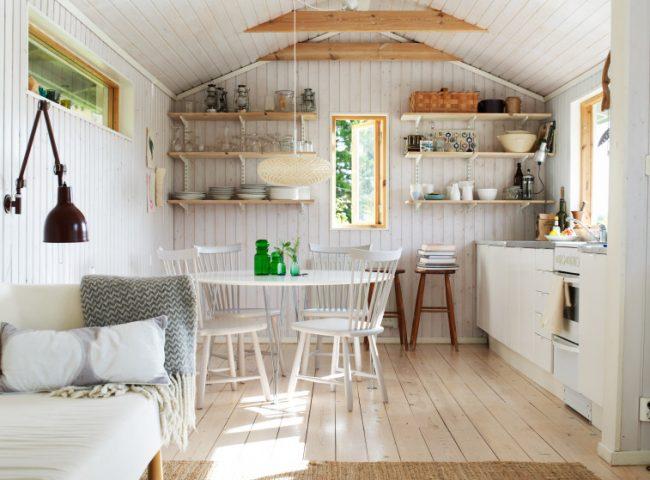 Кухня - студия в небольшом узком дачном домике