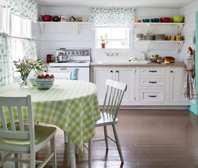 Нежная провансовая кухня с примененем в декоре характерного текстиля