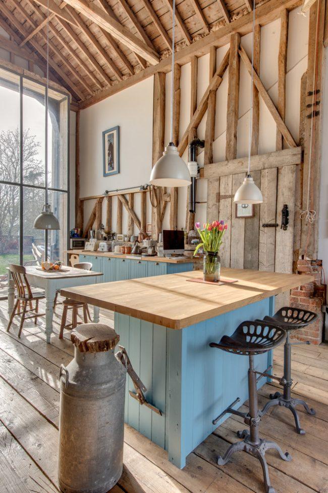 Светлая просторная кухня с панорамной стеной и высокими потолками