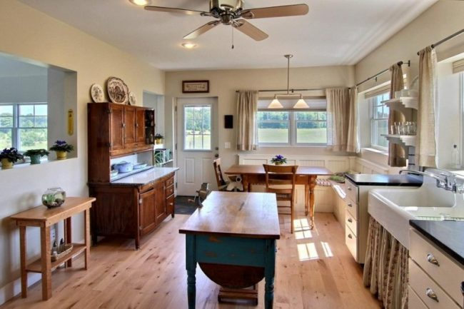 Старенький кухонный комод, подчеркнет деревенский стиль