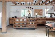 Фото 3 Кухня в деревянном доме: варианты зонирования и 85+ уютных дизайнерских решений