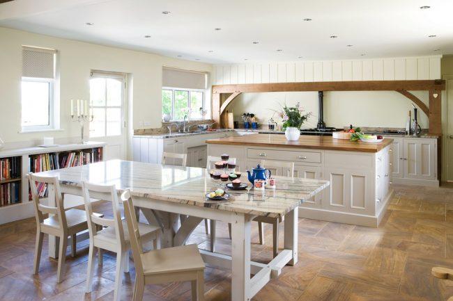 Обеденный стол выступает границей между кухней и зоной приема гостей