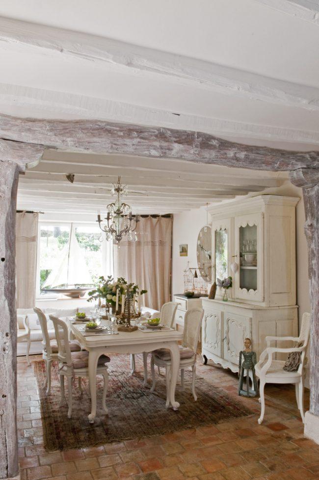 Деревянные балки обозначат расположение кухни и гостиной