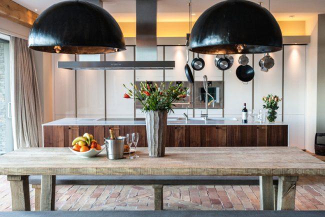 Мебель из дерева ещё больше привносит характер загородной жизни в инетрьер дачной кухни