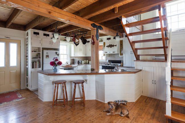 Барная стойка, визуально закрывающая угловую кухню