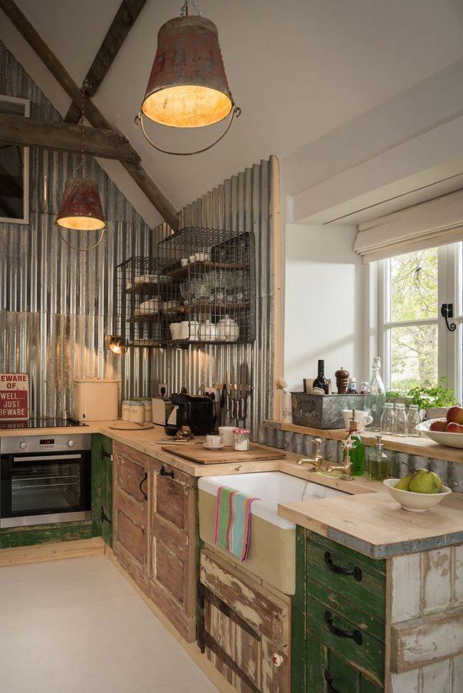 Кухня в стиле кантри с профильной внутренней отделкой дома