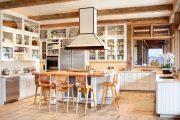 Фото 38 Кухня в деревянном доме: варианты зонирования и 85+ уютных дизайнерских решений