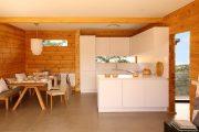 Фото 4 Кухня в деревянном доме: варианты зонирования и 85+ уютных дизайнерских решений