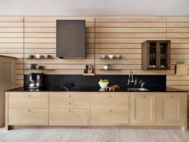 Современная кухня для дачного домика, с наличием открытых и закрытых полочек