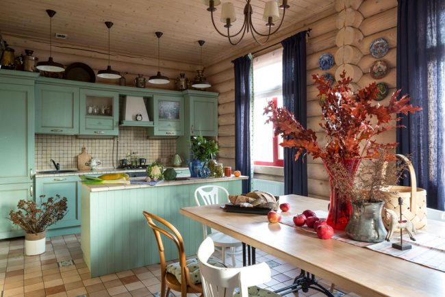 Небольшая дачная кухня в деревянном домике