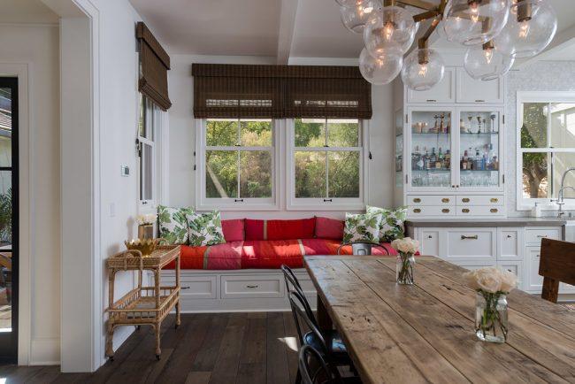 Красивый кухонный уголок с вместительными ящиками