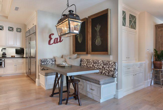 """Встроенные шкафчики в """"Г""""-образном уголке в обеденной зоне кухни"""