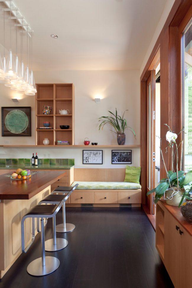 Небольшая кушетка в кухне с выдвижными ящичками
