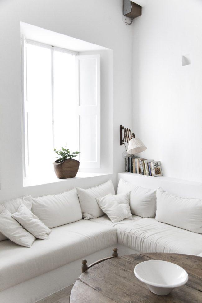 Раскладной белоснежный мягкий уголок в скандинавском стиле