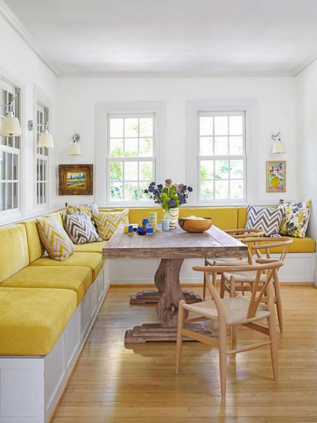 Кухонный уголок для большой семьи с множеством вертикальных ящичков